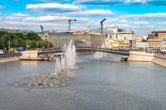 Sommartidcityscape i huvudstaden av den Ryssland Moskva Springbrunnar i flodMoskva Arkivfoto
