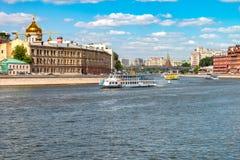 Sommartidcityscape i huvudstaden av den Ryssland Moskva Springbrunnar i flodMoskva Arkivfoton