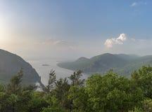 Sommartidsikt av Hudson River arkivfoto