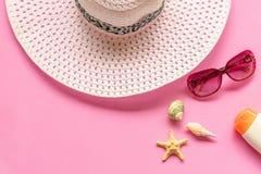 Sommartillbehör Den vit stor hatten och sunbath går att resa i stranden tropiskt hav Ovanlig bästa sikt royaltyfri bild