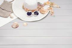 Sommartillbehör och turismbegrepp, bästa sikt på träbakgrund Fotografering för Bildbyråer