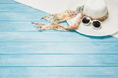 Sommartillbehör och turismbegrepp, bästa sikt på träbakgrund Royaltyfri Fotografi