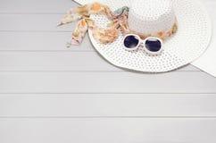 Sommartillbehör och turismbegrepp, bästa sikt på träbakgrund Royaltyfria Foton