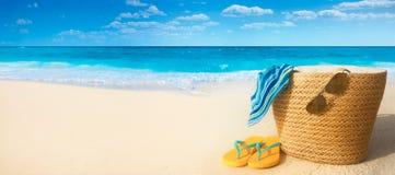 Sommartillbehör på den sandiga stranden royaltyfria bilder