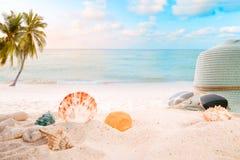 Sommartillbehör på sandigt i sjösidasommarstrand royaltyfri bild
