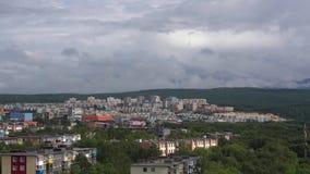 Sommartownscape på bakgrund av bergigt och moln som svävar över himmel Tid schackningsperiod stock video