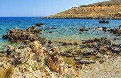Sommartur till ön av Kreta, Grekland Den steniga och steniga kustdrömsikten av vågor, vaggar och det djupblå havet _ Royaltyfria Bilder