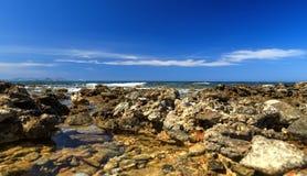 Sommartur till ön av Kreta, Grekland Den steniga och steniga kustdrömsikten av vågorna, vaggar och det djupblå havet _ Arkivbilder