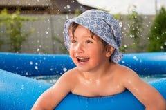 Sommarunderhållning för sommarterritorium för katya krasnodar semester Barn i pölen royaltyfri fotografi