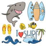 Sommaruppsättning på temat av ferier och att surfa för strand Färgrika objekt skissar in stil på vit bakgrund stock illustrationer