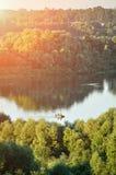 Sommarvattenlandskap med fiskaresegelbåten på floden Royaltyfri Foto