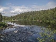 Sommarvattenlandskap Sjön är den vattenfallKivakkakoski starten Arkivbilder