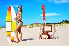 Sommarvattensportar Sätta på land semestern surfa Kvinna i bikini royaltyfri fotografi