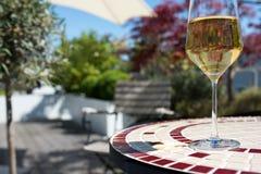 Sommarvin på solig terrass Royaltyfria Foton
