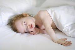 Sommeil adorable de fille d'enfant en bas âge Images stock