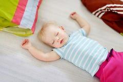Sommeil adorable de fille d'enfant en bas âge Photographie stock libre de droits