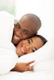Sommeil africain de couples Images stock