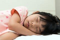 Sommeil asiatique d'enfant Photos stock