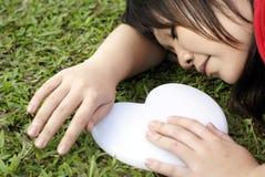 Sommeil asiatique de dame avec le coeur blanc Image stock