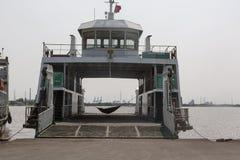 Sommeil au ferry à la rivière de Saigon photos stock