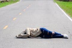 Sommeil déprimé de fille sur la route Photographie stock libre de droits