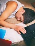Sommeil d'adolescent avec l'ordinateur portable photos libres de droits