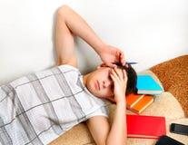 Sommeil d'adolescent avec livres photos stock