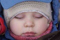 Sommeil d'enfant dans des vêtements de l'hiver Image libre de droits
