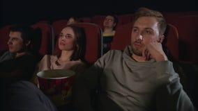 Sommeil d'homme au film de cinéma Type dormant à la date de cinéma Film ennuyeux de montre de personnes banque de vidéos