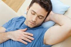 sommeil d'homme de divan Image libre de droits