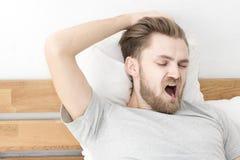 Sommeil d'hommes sur le lit Image libre de droits