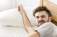 Sommeil d'hommes sur le lit Photo libre de droits
