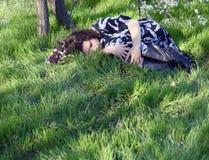 Sommeil dans la fille d'herbe Photo libre de droits