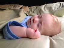 sommeil de bébé garçon Images libres de droits