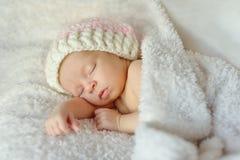 Sommeil de bonbon nouveau-né Photos libres de droits
