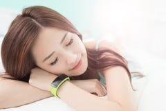 Sommeil de femme avec la montre intelligente photos libres de droits