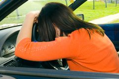 Sommeil de femme dans le véhicule Photo libre de droits