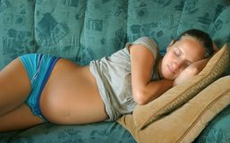 Sommeil de femme enceinte de jeunes Images stock