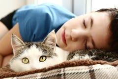Sommeil de garçon près du chat masculin sibérien d'animal familier Image libre de droits