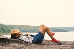 Sommeil de jeune fille en parc sur la nature Photographie stock libre de droits