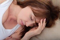 Sommeil de jour Femme de Moyen Âge dormant sur le lit en appartement moderne Fond à la maison Copiez l'espace et raillez  ménopau Photo stock