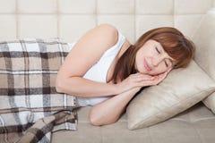 Sommeil de jour Femme de Moyen Âge dormant sur le lit en appartement moderne Fond à la maison Copiez l'espace et raillez  ménopau Photo libre de droits