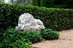 Sommeil de lion de statue Photos stock