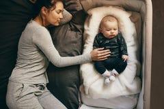 Sommeil de mère et de bébé photo stock