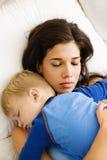 Sommeil de maman et d'enfant. Images libres de droits