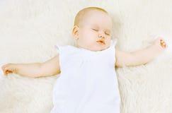 Sommeil doux de petit bébé Image libre de droits