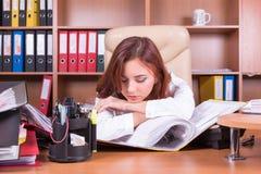 Sommeil fatigué de femme sur le lieu de travail Photos stock