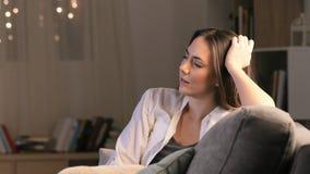 Sommeil fatigué de femme TV de observation pendant la nuit banque de vidéos