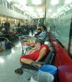 Sommeil fatigué de passagers à l'aéroport Photographie stock libre de droits