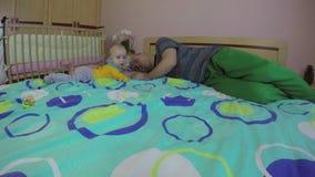 Sommeil fatigué d'homme de père et bébé garçon nouveau-né mignon 4K banque de vidéos